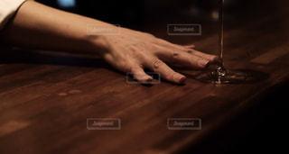 グラスをサーブするバーテンダーの写真・画像素材[1634326]