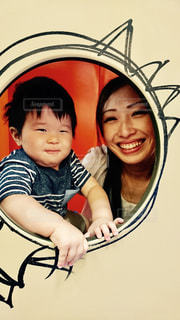 女性とカメラにポーズの子の写真・画像素材[723712]