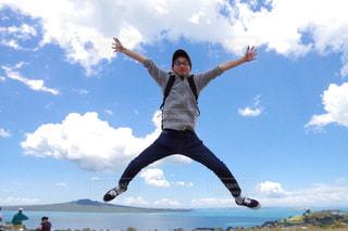 ジャンプする男性の写真・画像素材[1223655]