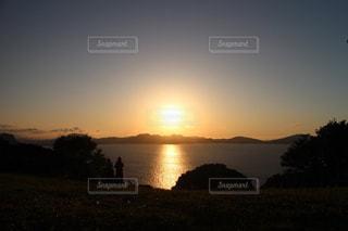 山奥へ沈む夕日の写真・画像素材[1223682]