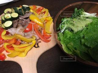木製のテーブルの上に食べ物のプレートの写真・画像素材[782846]