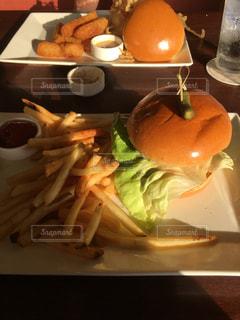 サンドイッチ、フライド ポテト、テーブルの上に食べ物のプレートの写真・画像素材[811779]