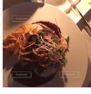 テーブルの上に食べ物のプレートの写真・画像素材[811787]