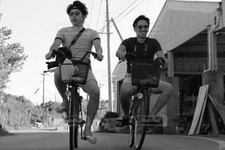 自転車の後ろに乗っている人のグループの写真・画像素材[814942]