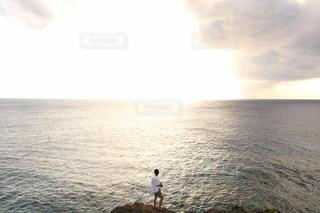 水の体の横に立っている人の写真・画像素材[814993]