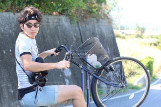 自転車の後ろに乗る人の写真・画像素材[897307]