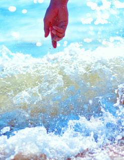 水のサーフボードで波に乗って男の写真・画像素材[914713]