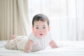 ベッドでハイハイする赤ちゃんの写真・画像素材[3362450]