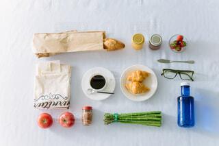 テーブルの上に朝ごはんとエコバッグの写真・画像素材[4408875]