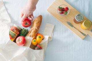 テーブルの上のエコバッグと食材の写真・画像素材[4408894]