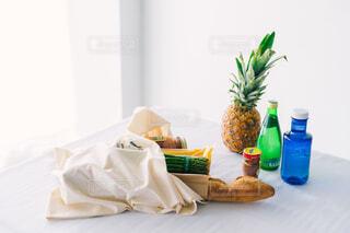 テーブルの上のエコバッグの写真・画像素材[4408891]