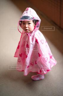 レインコートを着た赤ちゃんの写真・画像素材[4576963]
