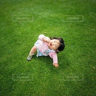芝生にいる子供の写真・画像素材[4586586]