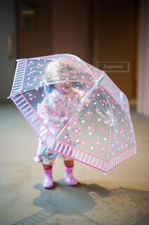 玄関前で雨傘を持つ子供の写真・画像素材[4610293]