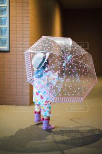 玄関前で傘を持つ子供の写真・画像素材[4610319]