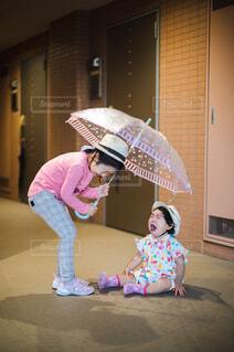 雨傘を持ちたいと泣く子供の写真・画像素材[4610326]