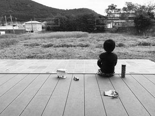 ベンチに座っている男の子の写真・画像素材[823552]