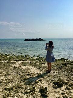 女性,海,カメラ,晴天,沖縄,珊瑚,コバルトブルー