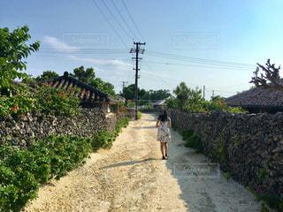 未舗装の道路を歩いて人々 のグループの写真・画像素材[902198]