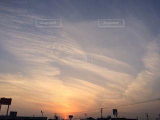不思議な夕焼け空の写真・画像素材[2412492]