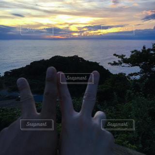 海,夕焼け,手,仲良し,夫婦,伊豆,ピース,ハンドサイン,ジェスチャー