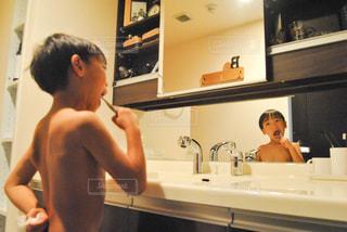 浴室で彼の歯を磨く男の写真・画像素材[797173]