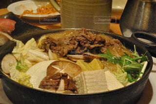テーブルの上に食べ物のボウル - No.812572