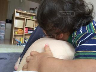 赤ん坊を抱える女性 - No.894613