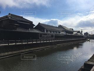 水の体の上の橋の上の大きな長い列車の写真・画像素材[1020857]