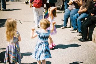 小さな女の子の隣に座っている幼児のグループの写真・画像素材[726002]