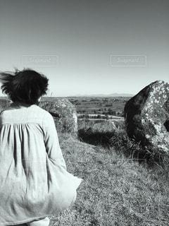 草の覆われてフィールド上に立っている人 - No.820679