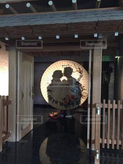 建物の側面にある時計の写真・画像素材[2215936]