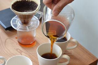 テーブルの上のコーヒー カップの写真・画像素材[1875325]