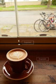 テーブルの上でコーヒーを一杯飲むの写真・画像素材[2278765]