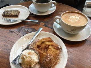 皿の食べ物とコーヒー1杯の写真・画像素材[2278767]