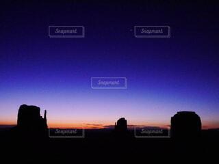 空,朝日,アメリカ,夜明け,シルエット,朝焼け,旅行,パワースポット,日の出,モニュメントバレー,日の出前