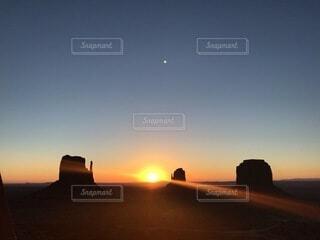 自然,風景,空,太陽,朝日,アメリカ,シルエット,月,旅行,パワースポット,正月,お正月,日の出,新年,初日の出,モニュメントバレー
