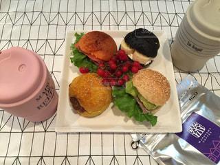 テーブルの上に食べ物のプレートの写真・画像素材[738370]