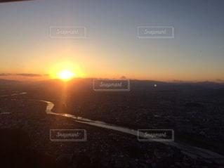 水の体に沈む夕日の写真・画像素材[813984]