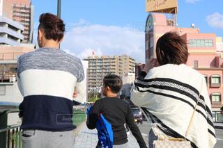 通りに立っている人々 のカップルの写真・画像素材[1179003]