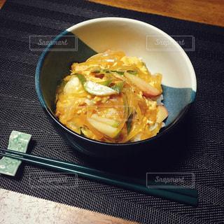 板の上に食べ物のボウルの写真・画像素材[771764]