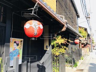 通り側に看板のあるビルの写真・画像素材[1247485]