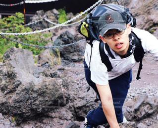 20代,自然,富士山,男子,登山,岩,旅行,未来,若い,夢,ポジティブ,山登り,頂上,努力,目標,フォトジェニック,可能性,気合い,感覚・感情