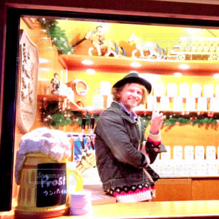 男性,20代,冬,夜,イケメン,大阪,お店,人物,人,笑顔,梅田,ポーズ,カジュアル,金髪,12月,スタッフ,ドイツ人,仕事中,フォトジェニック,多色,クリスマスイベント,ビール販売,19時,お店の商品