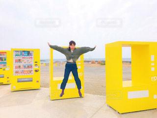 ジャンプ,黄色,女子,鮮やか,楽しい,人,旅行,デザイン,イエロー,ポーズ,色,糸島,福岡県,20歳,フォトジェニック,人気スポット,目立つ,インスタ映え,多色