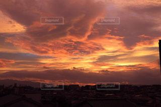 夕焼け空に浮かぶ雲の写真・画像素材[1860906]