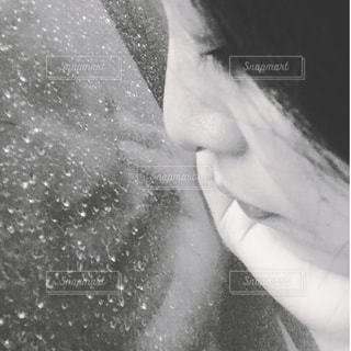 女性,雨,部屋,室内,窓,水滴,白黒,ガラス,横顔,しっとり,しずく