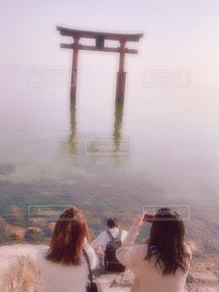 屋外,後ろ姿,鳥居,女子,仲良し,背中,水中,人,友達,琵琶湖,フォトジェニック,インスタ映えスポット