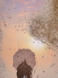 水たまりに映る女性の写真・画像素材[2211057]