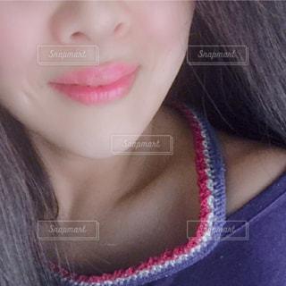 自分撮りをするピンクの髪を持つ女性のクローズアップの写真・画像素材[2281255]